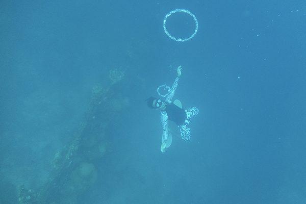 Pemandu wisata kami melakukan freediving dan atraksi di bawah laut (Foto: @AriAmphibia)