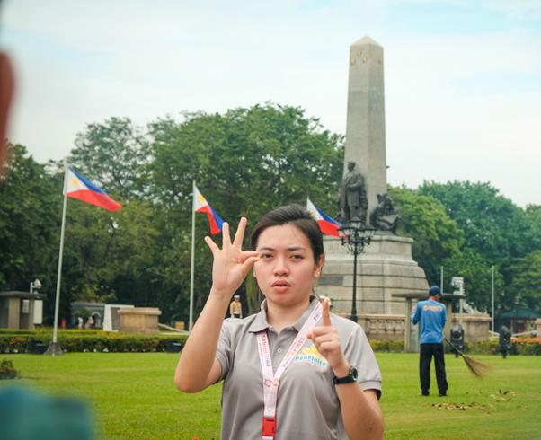 Pemandu wisata tuli Filipina di depan Monumen Rizal, Manila. Dok,DOT